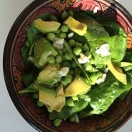 Spinatsalat med avocado og friske ærter