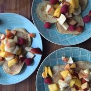 Friske morgenpandekager med frugt