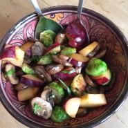 Rosenkål med blommer og chiliristede svampe