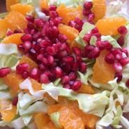 Frisk forårssalat med hvidkål, appelsin og granatæble