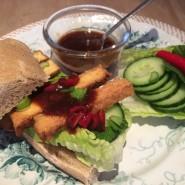 Sandwich med tofu og spicy sauce