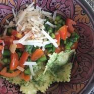 Fyldt pasta med asparges, tomat og parmesan